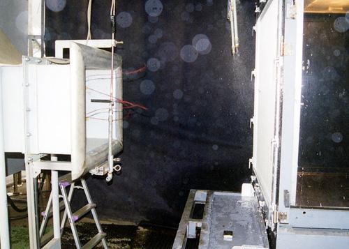 写真3:ガラリ面に風を当て、散水させる